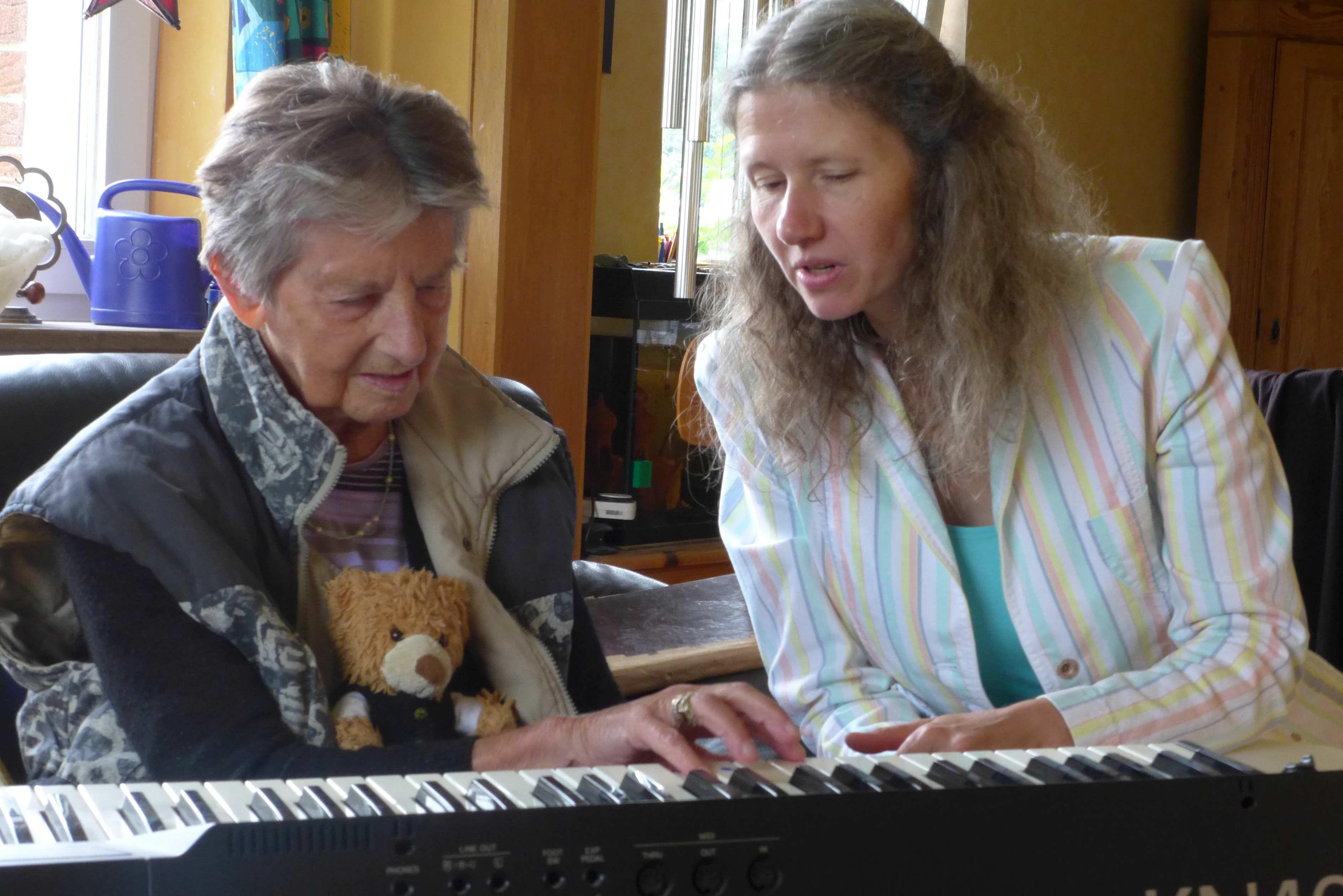 Anke Feierabend mit Schülerin Anna (91)